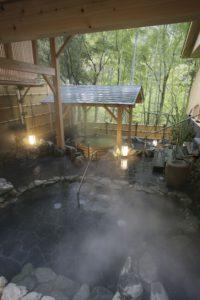 女性専用スパ「やまざくら」の岩風呂と樽風呂