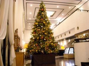 ホテル館内に飾られるクリスマスツリー