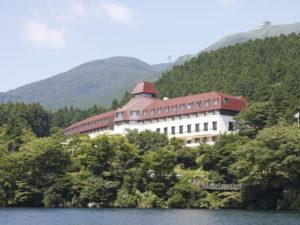 深い森に囲まれ、芦ノ湖畔に建つ山のホテル