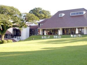 ホテル外観と庭園