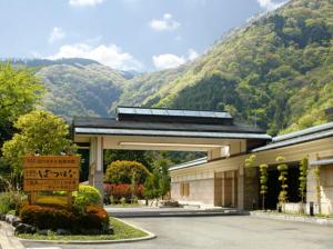 奥湯本の自然の中にたたずむホテル