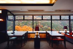 「つつじの茶屋」から見える湯坂山の紅葉