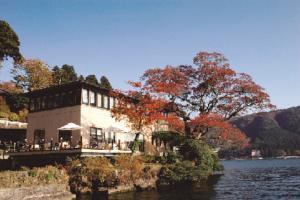 芦ノ湖に浮かぶように建つ