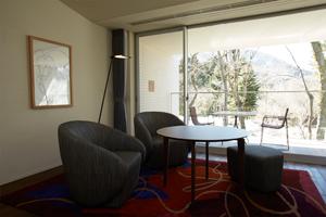 プライベートガーデンのような自然が広がる客室