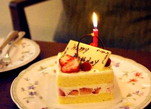 夕食後にケーキでお祝い(イメージ)