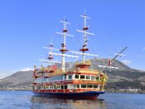 芦ノ湖に浮かぶ海賊船