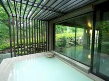 白濁の温泉が楽しめる大浴場