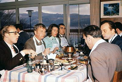 オイルフォンデュを楽しむ外国人観光客(1960 年代)